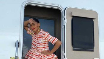 tracee-ellis-ross-in-rosie-assoulin-on-the-set-of-black-ish