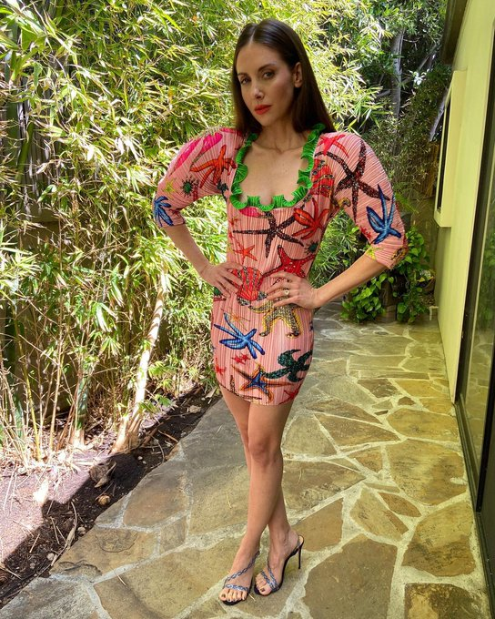 alison-brie-wore-versace-promoting-promising-young-woman