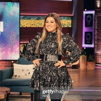 kelly-clarkson-wore-cinq-a-sept-dress-the-kelly-clarkson-show-may-13-2021