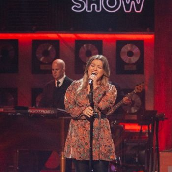 kelly-clarkson-wore-a-l-c-floral-dress-the-kelly-clarkson-show