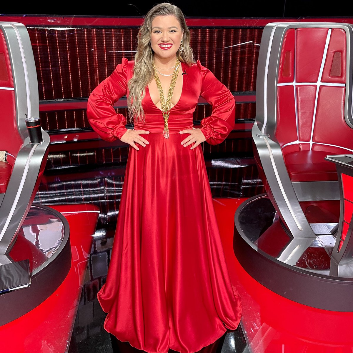 kelly-clarkson-wore-dolce-gabbana-dress-the-voice-finale