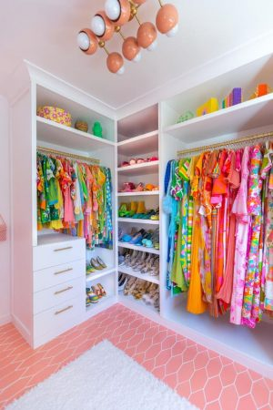 sizzlerz-closet-how-to-organize-your-closet-by-color-to-help-every-day-be-bright