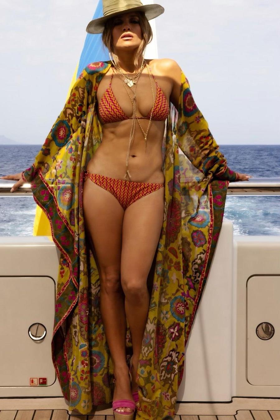 jennifer-lopez-wears-valentino-on-a-yacht-in-st-tropez