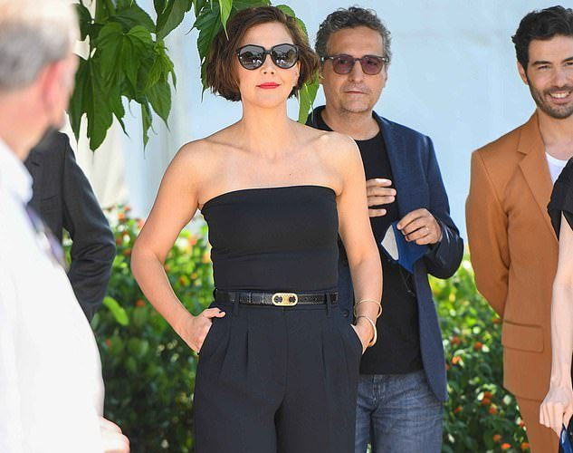maggie-gyllenhaal-wore-celine-the-cannes-film-festival-jury-photocall