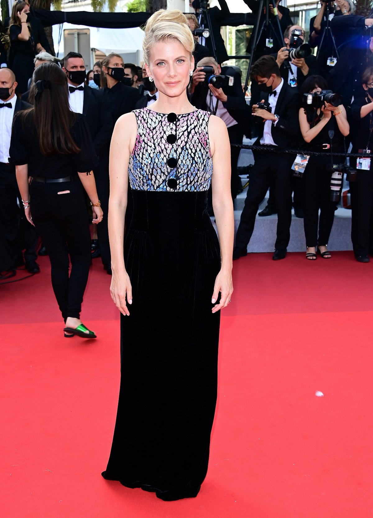 melanie-laurent-wore-armani-prive-couture-oss-117-from-africa-with-love-cannes-closing-ceremony