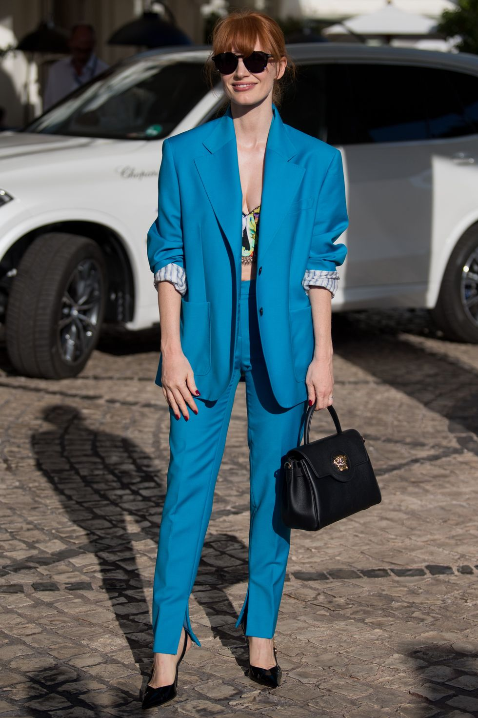 jessica-chastain-arriving-nice-airport-for-cannes-festival-2021-wearing-an-aqua-blue-suit