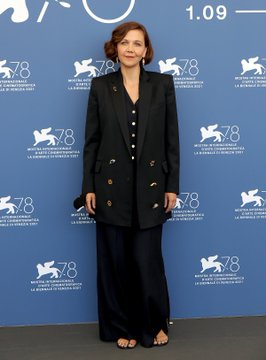 maggie-gyllenhaal-wore-aschiaparelli-the-lost-daughter-2021-venice-film-festival-photocall