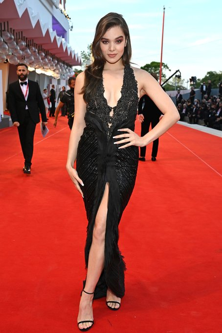 hailee-steinfeld-wore-armani-prive-couture-official-competition-venice-film-festival-premiere