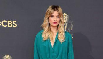 annie-murphy-wore-valentino-haute-couture-2021-emmy-awards