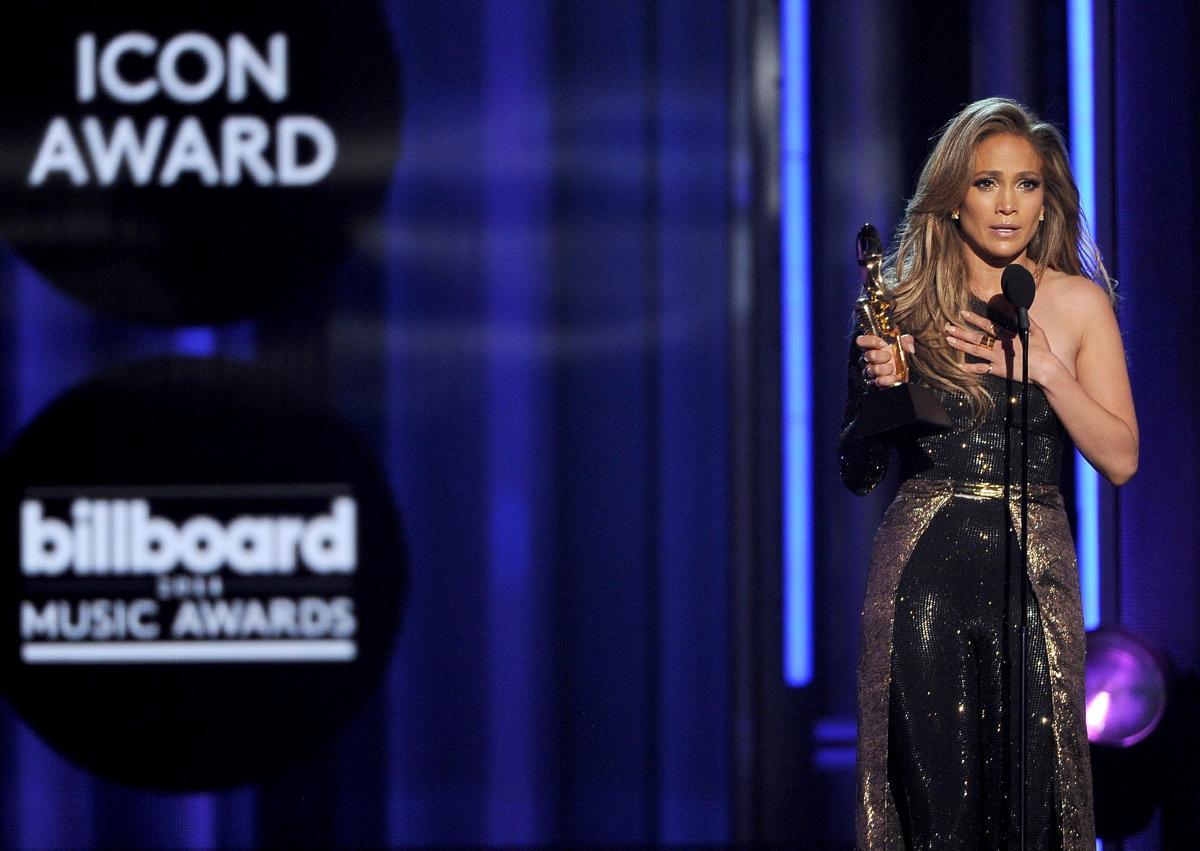 Jennifer Lopez accepts Icon Award